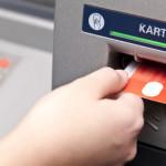 Bankkarte wird in Geldautomaten eingeführt.