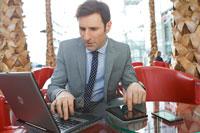 Mann im Restaurant mit App zum Online Banking